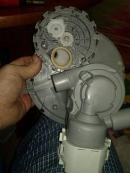 в круглом окошечке видна пластина с отверстиями - CAM00442.jpg